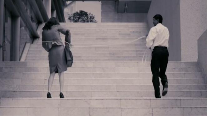 """Fotograma del vídeo """"Glass Ceiling"""" de Teresa Serrano."""