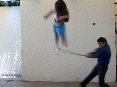 """Fotograma del vídeo """"Piñata""""."""